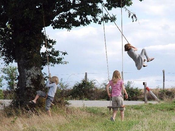 camping Le Clapas swings on a tree