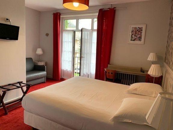 hotel-anne-de-bretagne-blois-centre-ville-chambre-triple-superieure-balcon-3-personnes