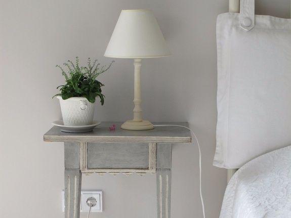 gite-hautvillers-lit-plante-lampe-table-chevet-prise-oreiller