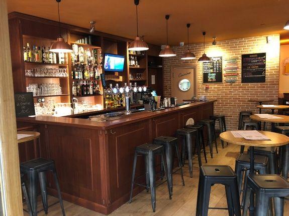 bar-a-bieres-paris-chaise-table-verre-bouteille