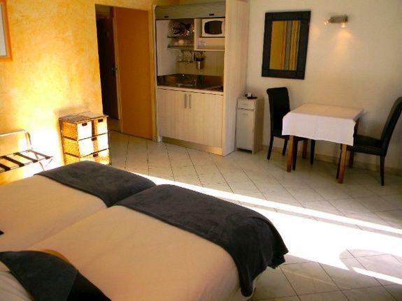 chambres-d-hotes-a-Saint-Raphael-Frejus-chambre-double-lits-jumeaux-cuisine