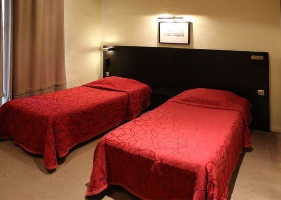 hotel-place-de-la-comedie-montpellier-chambre-couette-oreiller-lit-cadre-rideau