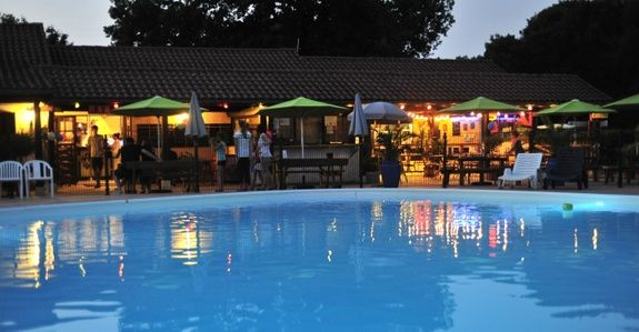 piscine-nuit-cigales-camping-rocamadour-lot