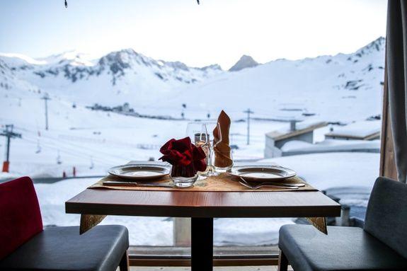 hotel-tignes-le-lac-paquis-vue-paysage-montagne-neige-table-chaise-repas-restaurant