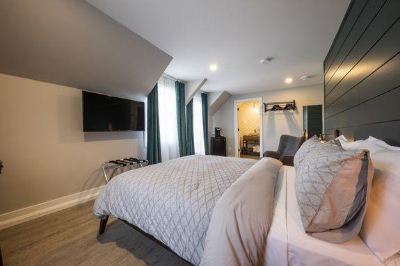 hotel-proche-aéroport-sherbrooke-chambre-supérieure-balcon-privé-lit