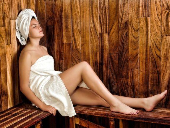 gite-hautvillers-sauna-femme-serviette-detente