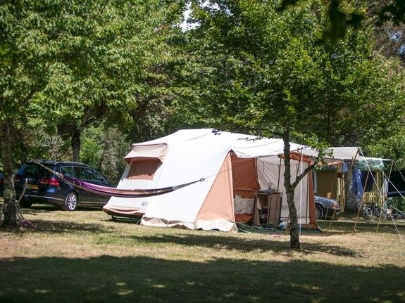 Emplacements 130m² camping chambon piscine nature familale (3)