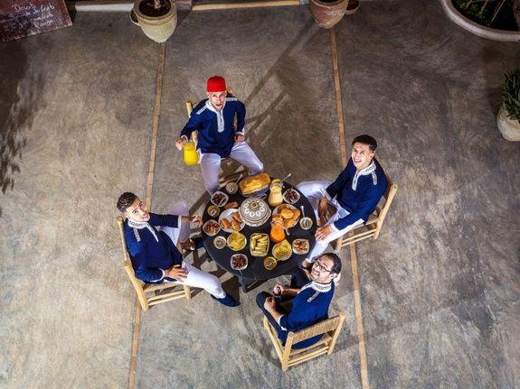 restaurant-marocain-marrakech-repas-serveur-cuisine-riad