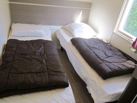 Chambre lits simples camping familial montagne Alpes d'Huez
