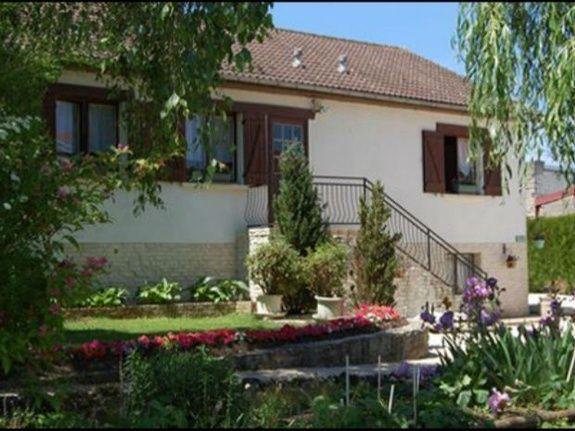 baroville-champagne-gite-facade-etablissement-fleur-fenetre-porte-table-cour-escalier