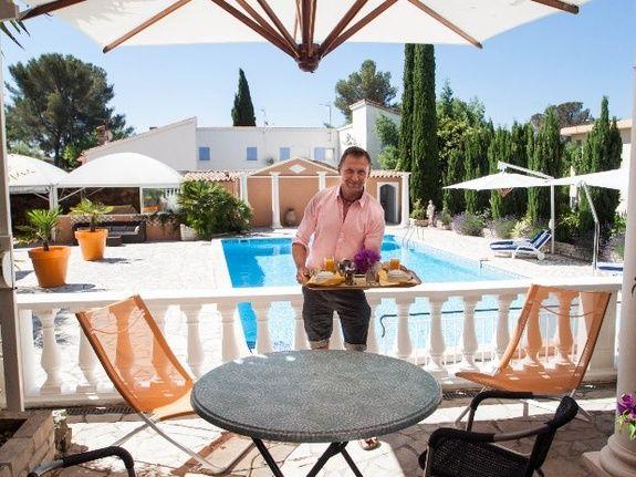 chambres-d-hotes-a-Saint-Raphael-Frejus Le Petit déjeuner sur la terrasse façe a la piscine