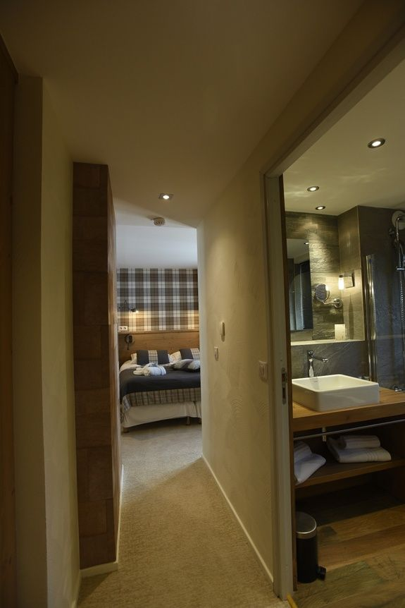 hotel-on-the-slopes-val-isere-family-room-living