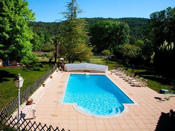 La piscine chauffée et couverte en mi-saison