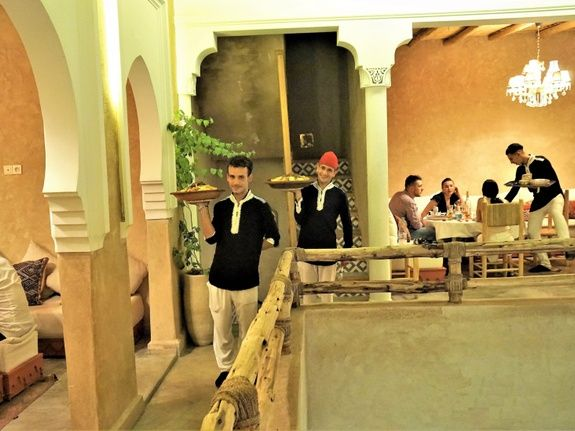 restaurant-marocain-marrakech-serveur-salon-restaurant-diner