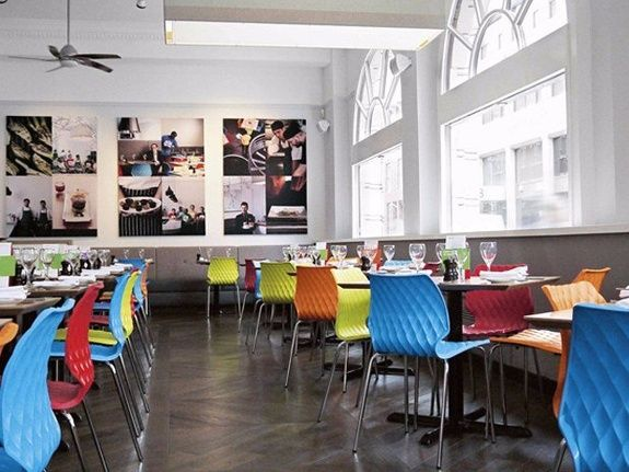 chaise restaurant coloré