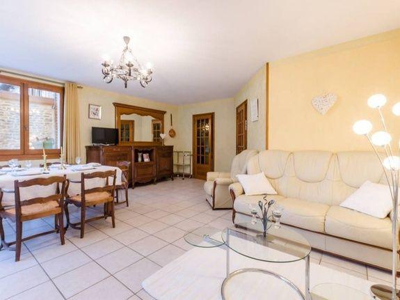 gite-champagne-6-personnes-avec-piscine-petit-ecureuil-sejour-canape-table-chaise-meuble