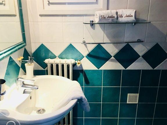 Sale de bain avec douche