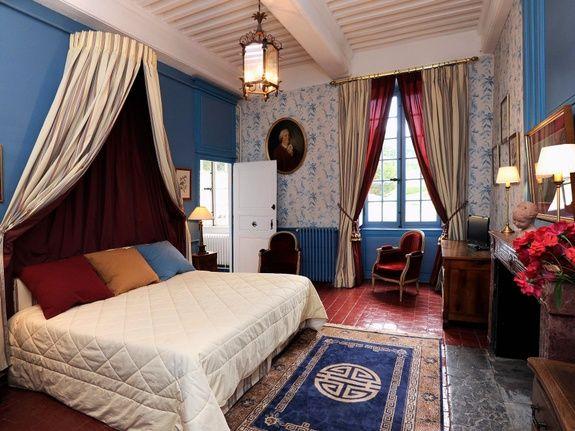 location-château-pour-mariage-chambre-lit-chavagneux-rose-fleur-rideau-tapis-meuble-cadre-fenetre