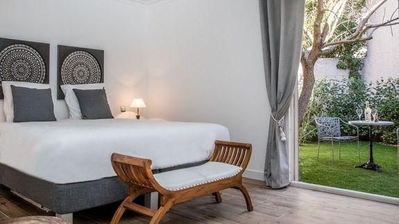 hotel-centre-ville-avec-piscine-en-salon-provence-chambre-simone-lit-jardin-oreiller-rideau