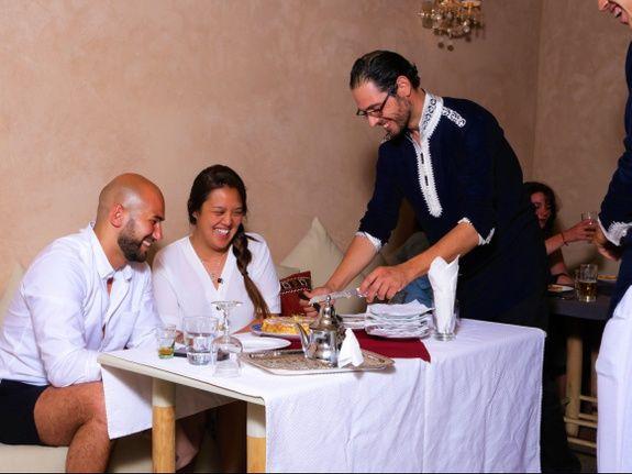 restaurant-marocain-marrakech-salon-repas-clients-serveur
