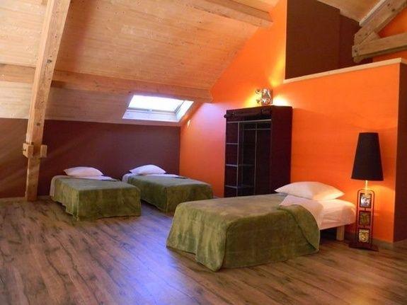 gite-de-groupe-jura-marlaya-chambre-lit-oreiller-lampe