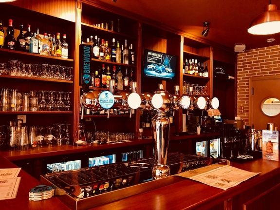 bar-a-bieres-paris-comptoir-bouteille-verre