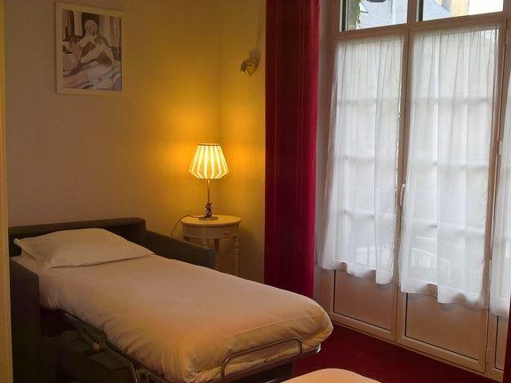 hotel-anne-de-bretagne-blois-centre-ville-chambre-triple-supérieure-fauteuil-convertible-déplié-famille-3-personnes-balcon-baignoire-au-calme