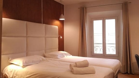 chambre-hotel-le-florian-lit-fentre-oreiller-lampe-rideau-serviette