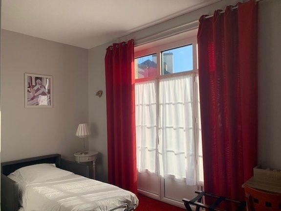 hotel-anne-de-bretagne-blois-centre-ville-chambre-triple-superieure-balcon-avec-fauteuil-convertible-déplié-1-personne-famille-confortable-triple-balcon-belle-vue