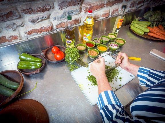 restaurant-marocain-marrakech-legume-cuisine-huile-persil