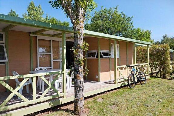espace classic chalet exterieur camping familial piscine Aveyron lac de pareloup