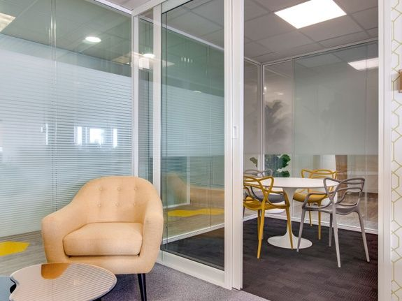 Architecte décorateur intérieur salle réunion entreprise