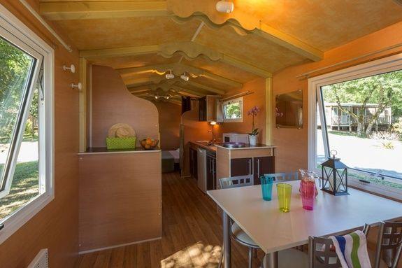 interieur roulotte camping rocamadour Lot piscine chauffée padirac