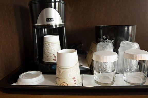 hotel-iles-de-la-madeleine-auberge-madeli-chambres-regulieres-lit-café