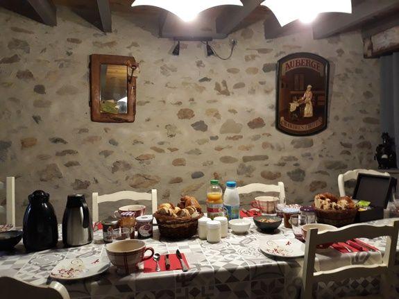chambre-hotes-auvergne-repas-table-d-hote-petit-dejeuner-portrait-chaise-bol