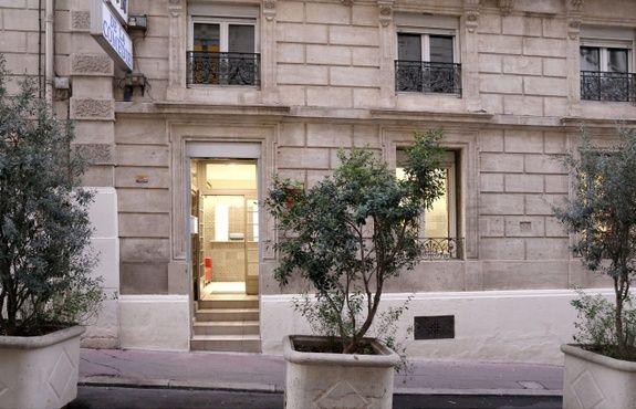hotel-place-de-la-comedie-montpellier-chambre-couette-oreiller-lit-cadrehotel-place-de-la-comedie-montpellier-facade-batiment-entree-plante-fenetre