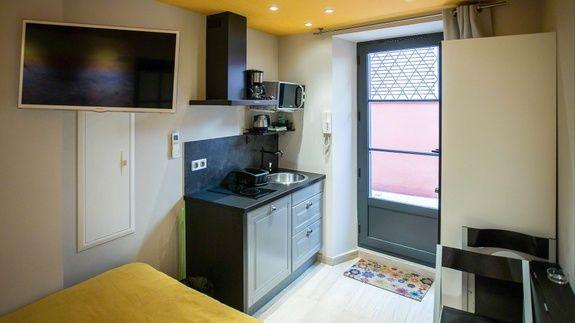 appartement-tv-hotel-le-florian-meuble-lavabo-hote-lit-porte-chaise-cuisine