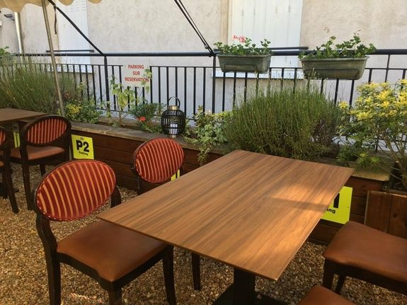 Table en terrasse restaurant le monarque blois centre
