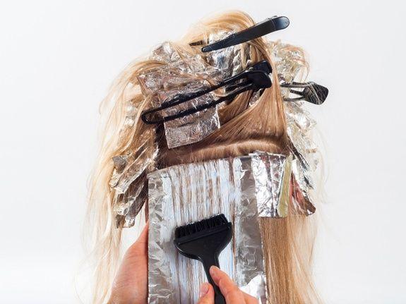 coiffeur-paris-17-coloration-cheveux-pince-femme-blonde-la-parisienne