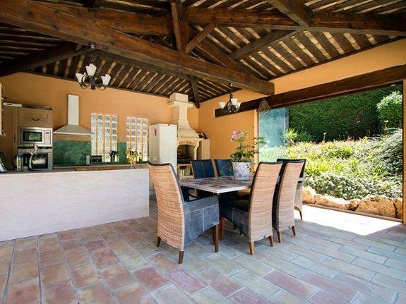 b&b-piscine-cannes-domaine-les-cigales-cuisine-exterieure-table