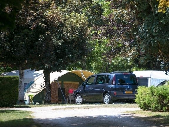 Emplacements 100m² camping chambon piscine nature familale