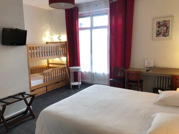 hotel-anne-de-bretagne-blois-centre-ville-chambre-quadruple-supérieure-famille-belle-vue-balcon-baignoire-enfants