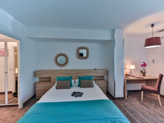 Restaurant-hotel-en-provence-chambre-lit-table-lampe-miroir-oreiller