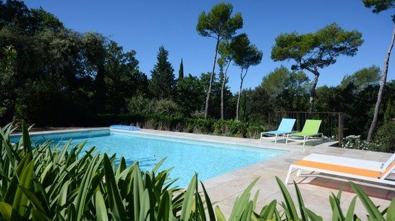 chambre-hote-grasse-charme-piscine-chauffe-la-cania-etablissement-piscine-transat