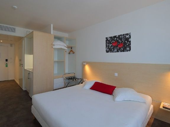 hotel-paris-saint-ouen-chambre-lit-double-placard-kitchenette