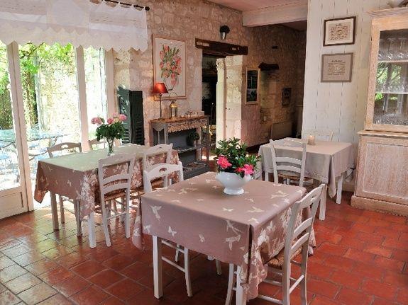 Salle à manger en été-chambres d'hôtes de charme-perigord-villereal-monflanquin