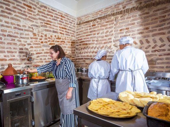 restaurant-marocain-marrakech-msemen-cuisine-cuisinier-tablier