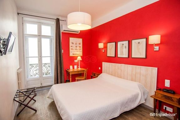 hotel-mistral-comedie-saint-roch-chambre-rouge-cadre-fenetre-table-tv