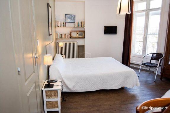hotel-mistral-comedie-saint-roch-chambre-tv-chaise-lampe-chevet-fenetre