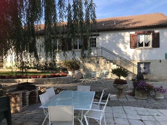 baroville-champagne-gite-facade-etablissement-fleur-fenetre-porte-table-chaise-cour-escalier